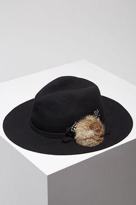 Pom-pom black hat